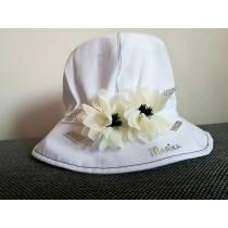Dievčenský klobúk Liliana biely so smotanovými kvetmi